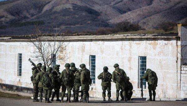 Военные в поселке под Симферополем, архивное фото