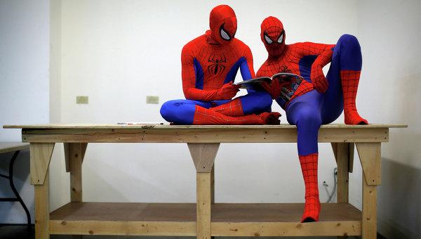 Актеры в костюмах супергероя Человека-паука