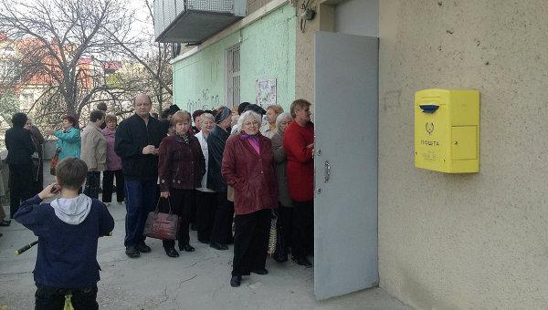 Очередь в отделение почты в Симферополе, где начали выдавать российскую пенсию. Фото с места события