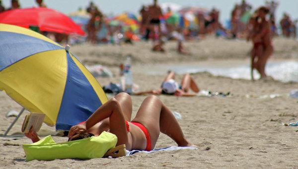 Женщина отдыхает на пляже в Крыму, архивное фото