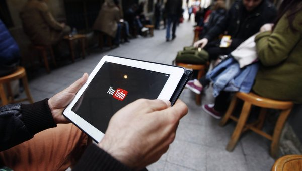 Человек пытается подключиться к веб-сайту Youtube в кафе в Стамбуле 27 марта 2014