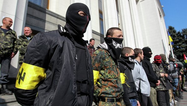 Радикалы из Правого сектора возле здания Верховной рады в Киеве. Архивное фото