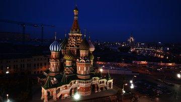 Вид на Храм Василия Блаженного с подсветкой перед началом экологической акции Час Земли в Москве.