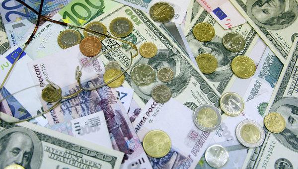 Денежные купюры и монеты: доллары США, евро, рубли. Архивное фото