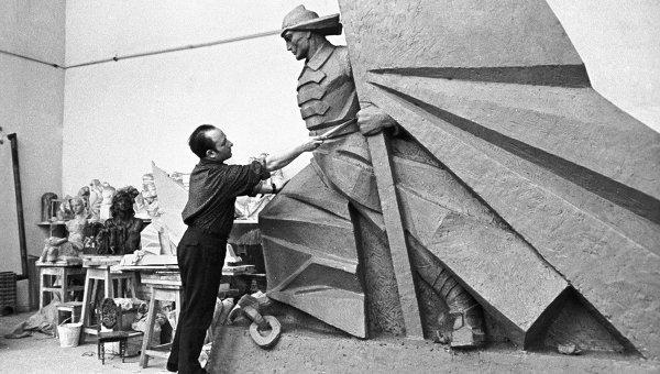 Скульптор-монументалист, заслуженный деятель искусств Азербайджана Омар Гасан оглы Эльдаров работает над монументом, 1971 год