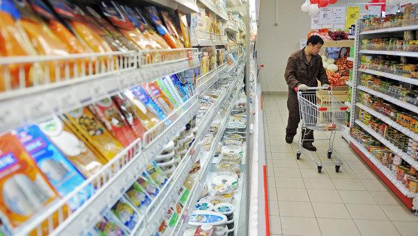 Мужчина выбирает продукты в магазине, Архивное фото