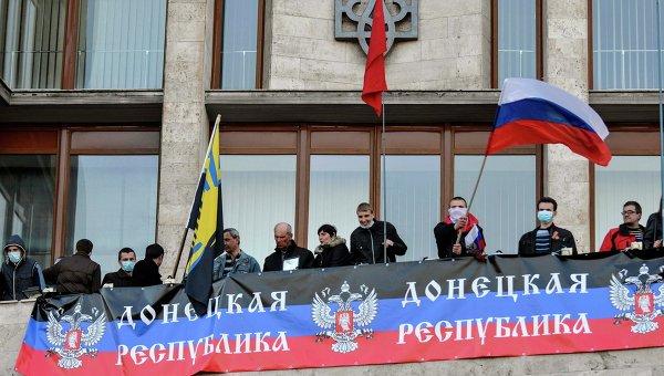 Митингующие у здания областной администрации в Донецке. 6 апреля 2014