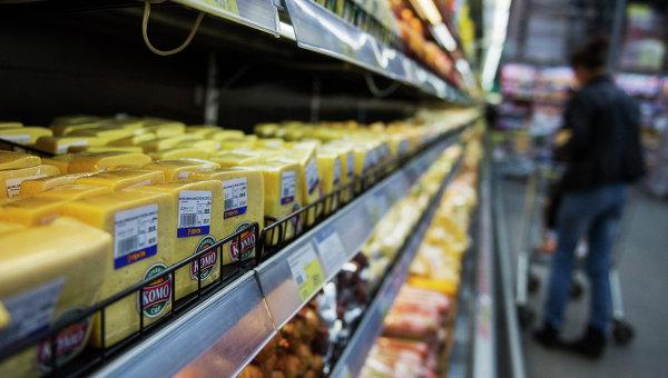 Украинская молочная продукция в магазине, архивное фото