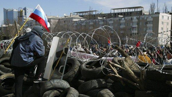 Баррикады у здания областной администрации в Донецке