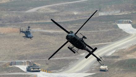 Американский боевой вертолет во время совместных учений вооруженных сил Южной Кореи и США