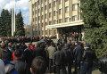 Собрание горожан на площади Октябрьской революции у здания городской администрации города Славянска Донецкой области