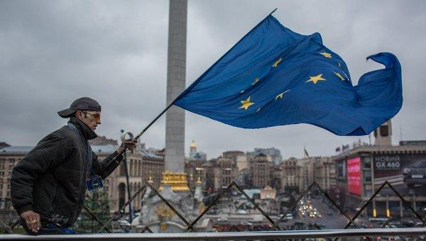Человек с флагом Евросоюза на площади Независимости в Киеве