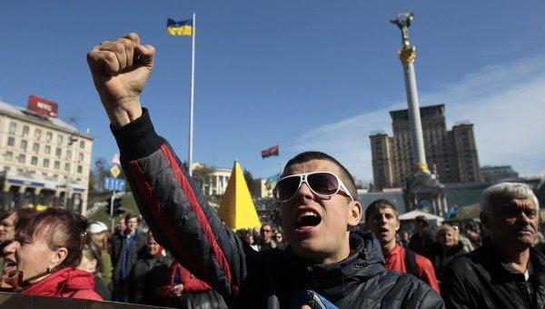 Люди на Площади Независимости в Киеве