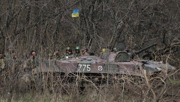 Машина с бойцами Украинской армии недалеко от города Славянска. Архивное фото