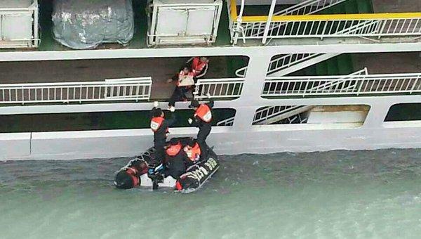 Помощь пассажирам парома Севол, потерпевшего крушение у юго-западного побережья Южной Кореи