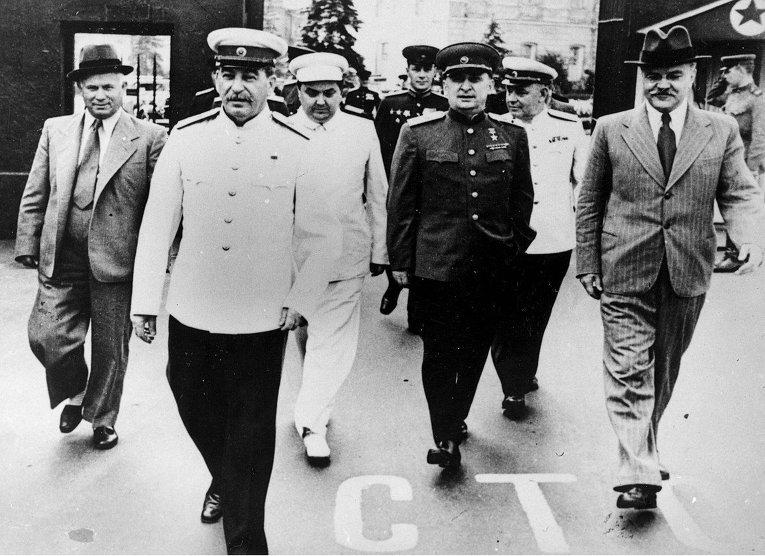 1 мая на Красной площади: Никита Хрущев, Иосиф Сталин, Георгий Маленков, Лаврентий Берия, Вячеслав Молотов, 1940-е годы