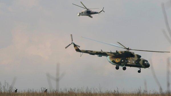 Украинские вертолеты возле авиабазы в Краматорске на востоке Украины