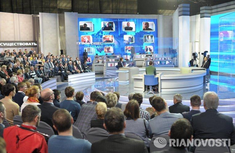 Президент России Владимир Путин отвечает на вопросы россиян в программе Прямая линия с Владимиром Путиным
