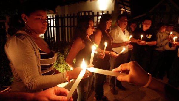 Местные жители зажигают свечи в память о Габриэле Гарсия Маркесе в Аракатаке, Колумбия