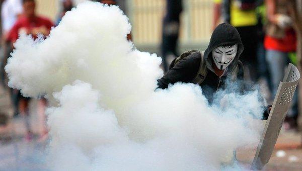 Участник антиправительственной демонстрации в Каракасе, Венесуэла