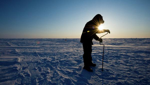 Российский ученый бурит лед для взятия пробы на Северном Полюсе, архивное фото