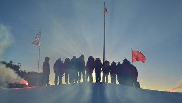 Российские полярники, прибывшие в Арктику, архивное фото