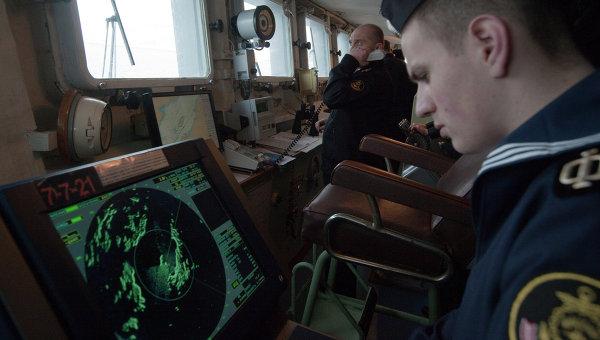 Матрос следит за показаниями радара на капитанском мостике судна. Архивное фото