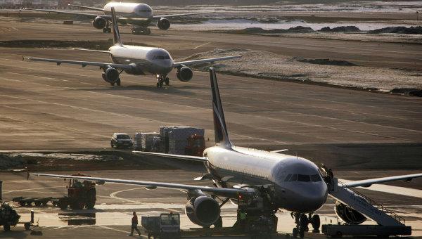 Самолеты Airbus-319, Airbus-320 и Boeing-767 в аэропорту. Архивное фото