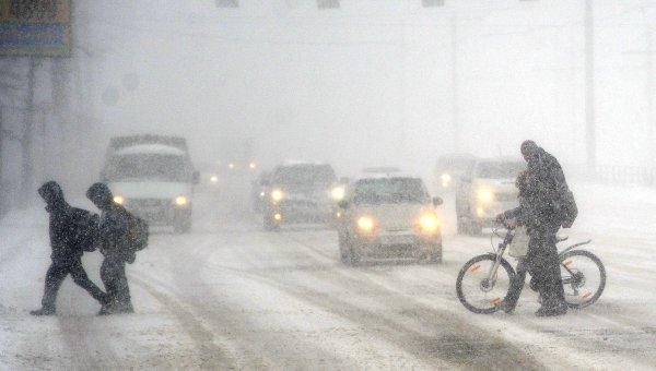 Пешеходы переходят дорогу во время сильного снегопада в Челябинске. Архивное фото