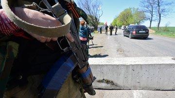 Сторонники федерализации дежурят на блокпосту в окрестностях Славянска. Архивное фото