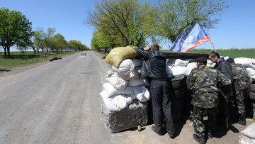 Сторонники федерализации дежурят на блокпосту в окрестностях Славянска