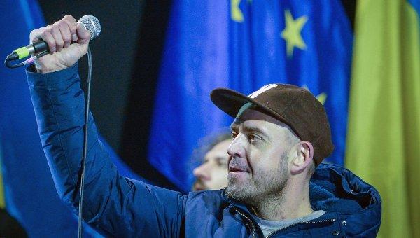 Лидер группы Ляпис Трубецкой Сергей Михалок выступает на площади Независимости в Киеве