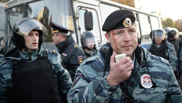 Сотрудники полиции пресекают массовые беспорядки возле торгового центра Бирюза. Архивное фото