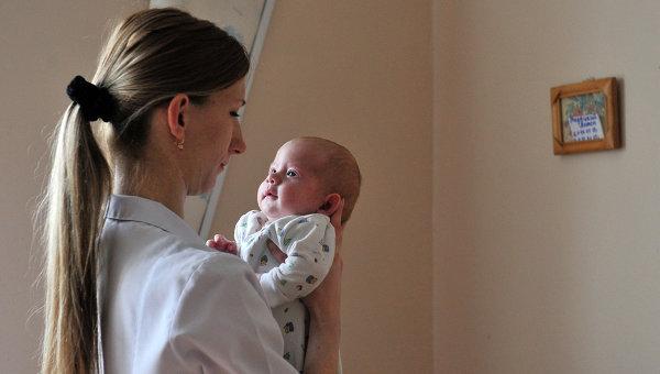Врач держит ребенка в городской детской больнице. Архивное фото