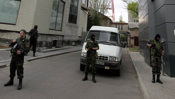 Представители самообороны возле телевизионного центра в Луганске 29 апреля 2014