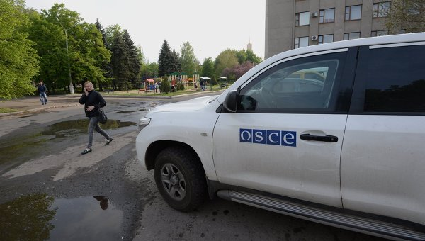 Автомобиль миссии Организации по безопасности и сотрудничеству в Европе (ОБСЕ) в Славянске