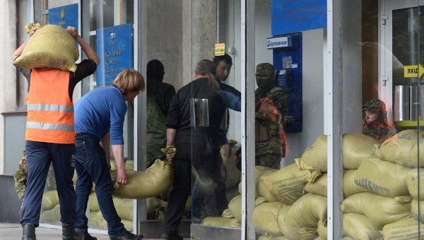 Сторонники федерализации сооружают баррикады на входе в горисполком Горловки