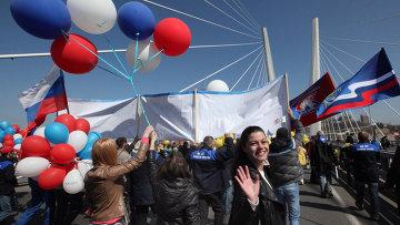 Участники первомайского шествия на Золотом мосту во Владивостоке