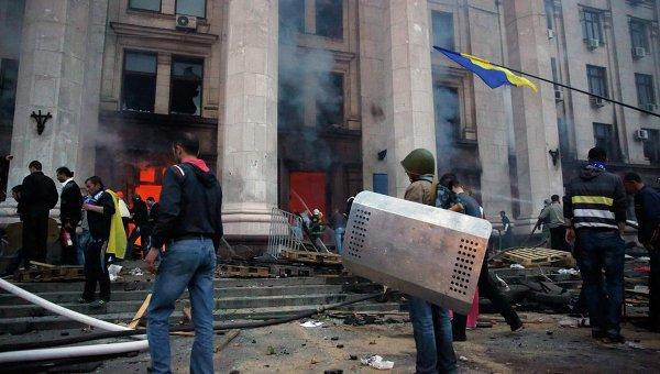 Протестующие у сгоревшего здания Дома профсоюзов в Одессе, 2 мая 2014