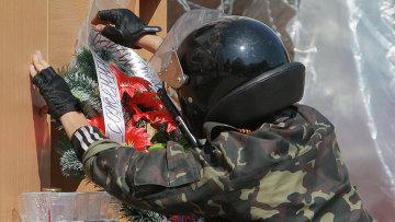 Венки в память жертвы столкновения в Одессе. Архивное фото