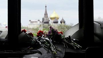 Жители Одессы несут цветы в память о погибших во время пожара в Доме профсоюзов