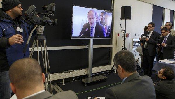 Репортеры слушают выступление президента Национальной коалиции сирийских революционных и оппозиционных сил (НКОРС) Ахмада Джабры. Архивное фото