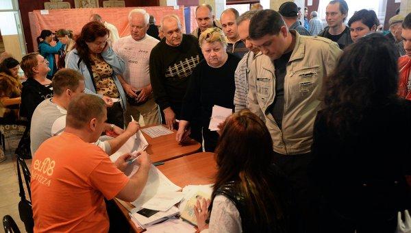 Голосование на референдуме о статусе Донецкой народной республики на избирательном участке в Славянске