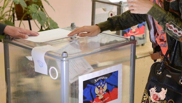 Женщина голосует на референдуме о статусе самопровозглашенной Донецкой народной республики