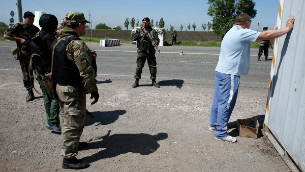 Бойцы украинской армии во время референдума на контрольно-пропускном пункте в Мариуполе 11 мая 2014