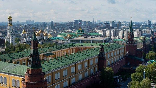 Вид на башни Московского Кремля, Успенский и Архангельский соборы, колокольню Ивана Великого. Архивное фото