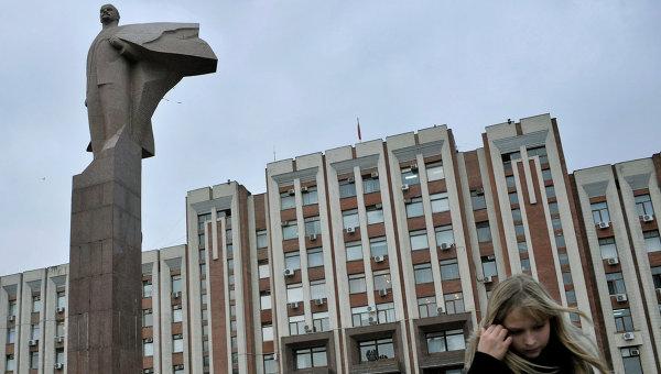 Возле здания Верховного Совета в Тирасполе. Архивное фото