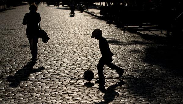 Ребенок играет в мяч на улице в Одессе. Архивное фото