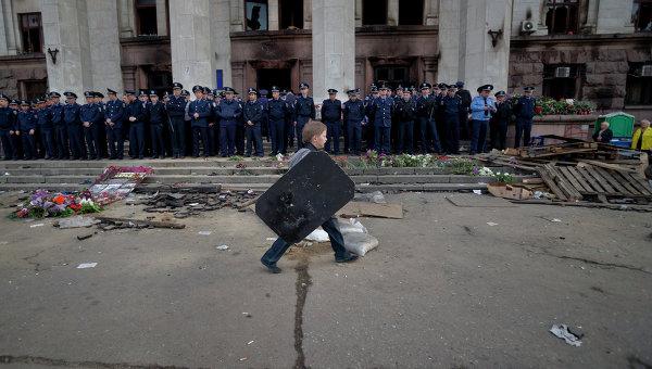 Ребенок гуляет возле сгоревшего здания Дома профсоюзов в Одессе. Архивное фото
