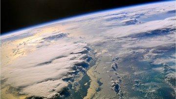 Вид из космоса на грозовой фронт